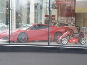 Dos ferraris en un Ferrari Store uno de Berg Toys