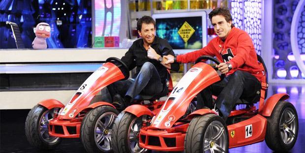 Fernando Alonso y Pablo Motos subidos en los coches de pedales de Berg Toys