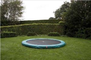 cama elástica berg inground integrada en el jardín