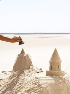 construir un castillo de arena en un arenero