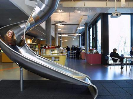 tobogan en la sede de google en suiza