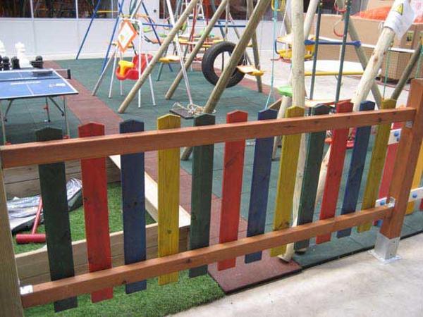 valla-madera-parchis-exterior-escuelas