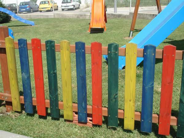 Vallas de madera pintada de colores juegos al aire libre for Vallas madera para jardin